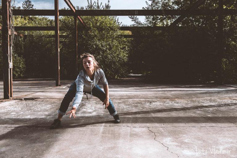 Cie les crocs dans les yeux- Aurore Allo danse dans les friches - Photo Vladimir Lutz